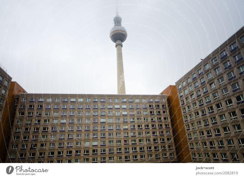 Aussicht Mit Fernsehturm Himmel Nebel Alexanderplatz Hauptstadt Plattenbau Bürogebäude Berliner Fernsehturm DDR authentisch hoch kalt retro trist Vergangenheit