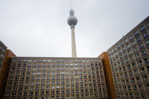 Turm ohne Aussicht Himmel Winter Nebel trist Bauwerk Hauptstadt Stadtzentrum Plattenbau Berlin-Mitte Berliner Fernsehturm schlechtes Wetter
