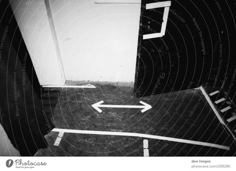 Backstage Innenarchitektur Subkultur Tür Flur Zeichen Schilder & Markierungen Pfeil Streifen schwarz weiß analog Schwarzweißfoto Innenaufnahme Menschenleer