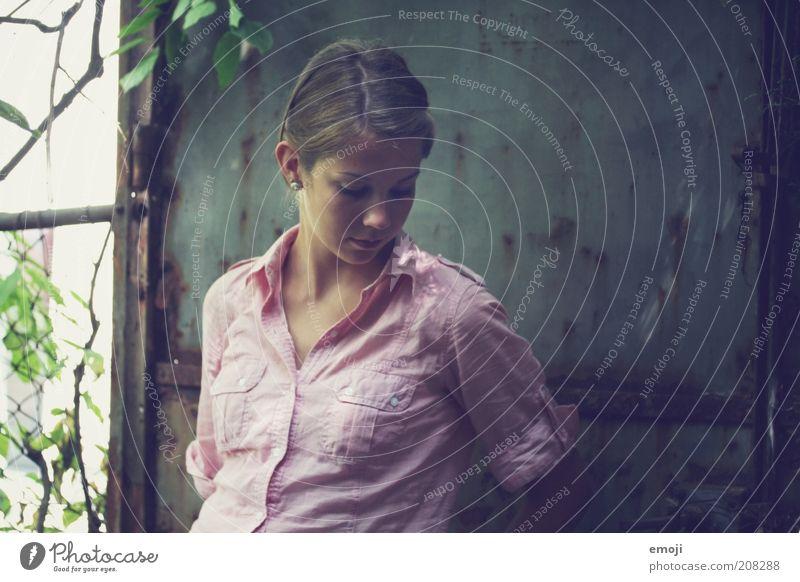 old times feminin Jugendliche 1 Mensch schön dünn Verschwiegenheit Traurigkeit Sorge Enttäuschung Einsamkeit Hemd Farbfoto Außenaufnahme Oberkörper