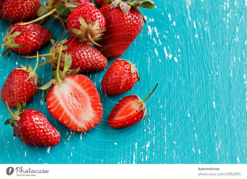 Erdbeeren auf einem türkisblauen alten Holztisch Gemüse Dessert Diät Sommer Tisch Menschengruppe frisch hell lecker natürlich saftig rot Farbe Beeren Tablett