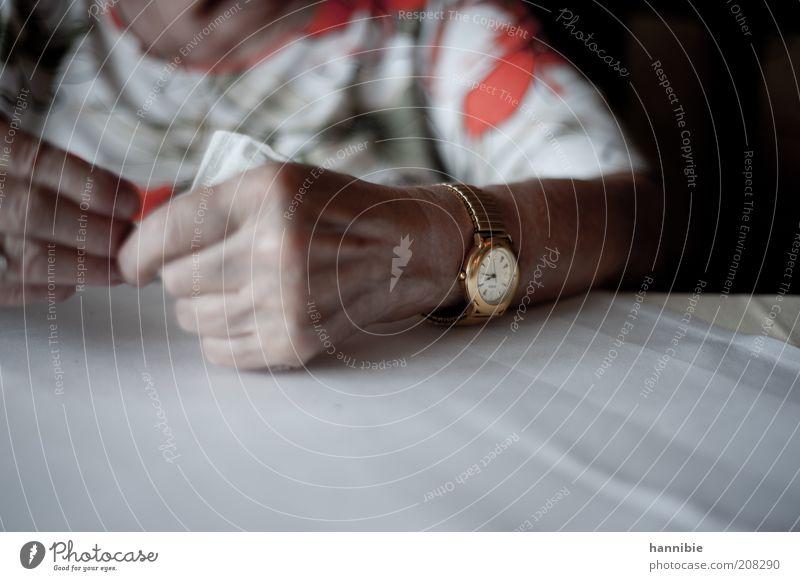spät Weiblicher Senior Frau Hand Finger 1 Mensch 60 und älter Zeit Uhr Armbanduhr Golduhr gold Farbfoto Gedeckte Farben Innenaufnahme Tag Froschperspektive