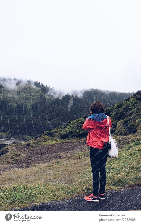 Roadtrip West Coast USA (86) feminin Junge Frau Jugendliche Erwachsene 1 Mensch 18-30 Jahre 30-45 Jahre Abenteuer Ausflug Ausflugsziel Regenjacke Jutesack