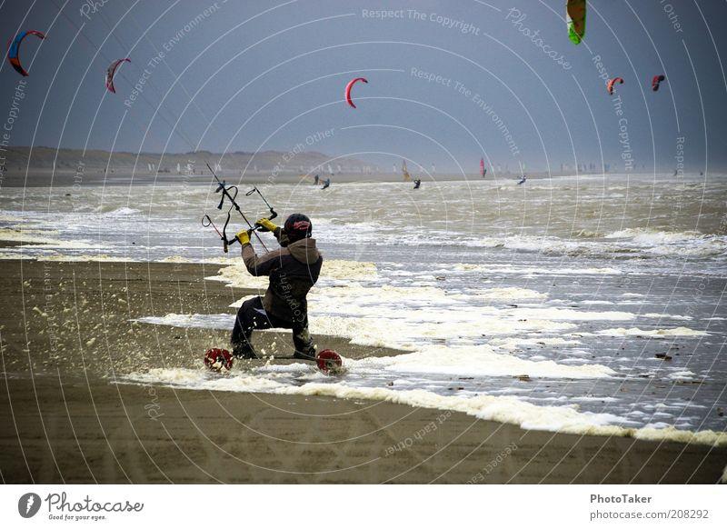 Kitelandboarding Sport Wassersport Kiting Kiter Kiteboard Himmel Gewitterwolken schlechtes Wetter Wind Sturm Strand Nordsee Meer fahren Fitness sportlich