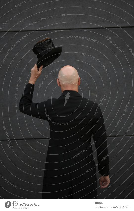 AST 10 | still preparing for generalprobe maskulin Mann Erwachsene Mensch Kunst Künstler Mauer Wand Gehrock Zylinder Glatze beobachten Blick stehen dunkel