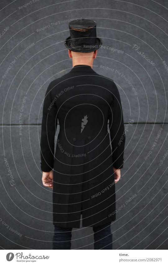 AST 10 | preparing for generalprobe maskulin Mann Erwachsene Mensch Mauer Wand Gehrock Zylinder Denken stehen außergewöhnlich dunkel selbstbewußt Coolness