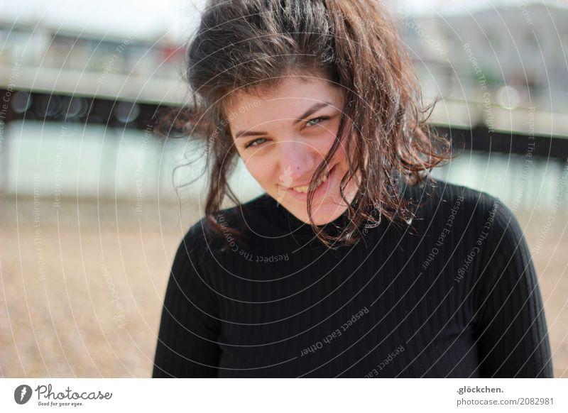 Am Strand. Mensch Junge Frau Jugendliche Haare & Frisuren 1 18-30 Jahre Erwachsene Sand Brighton Pullover schwarzhaarig langhaarig Zopf weich Freizeit & Hobby