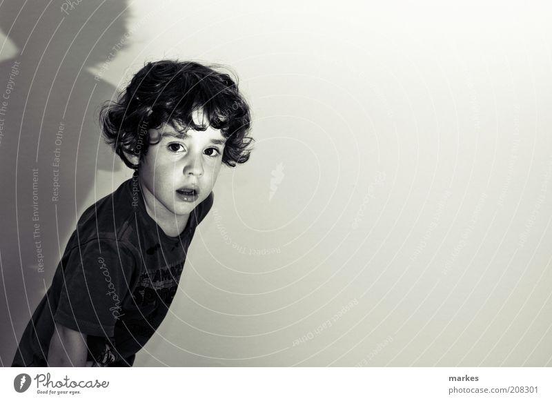à la hitchcock Junge 1 Mensch 3-8 Jahre Kind Kindheit Kino Bewegung dunkel retro Stimmung ästhetisch Kunst Surrealismus Schwarzweißfoto Innenaufnahme