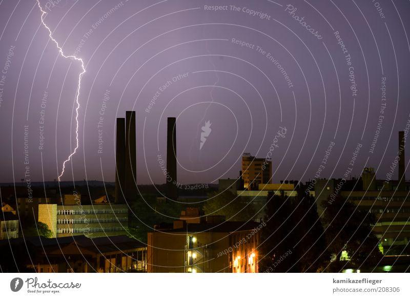 himmelsriss Natur Himmel Stadt Sommer Luft Wetter Umwelt Nachthimmel Blitze Skyline Gewitter Unwetter Urelemente Schornstein Industrieanlage