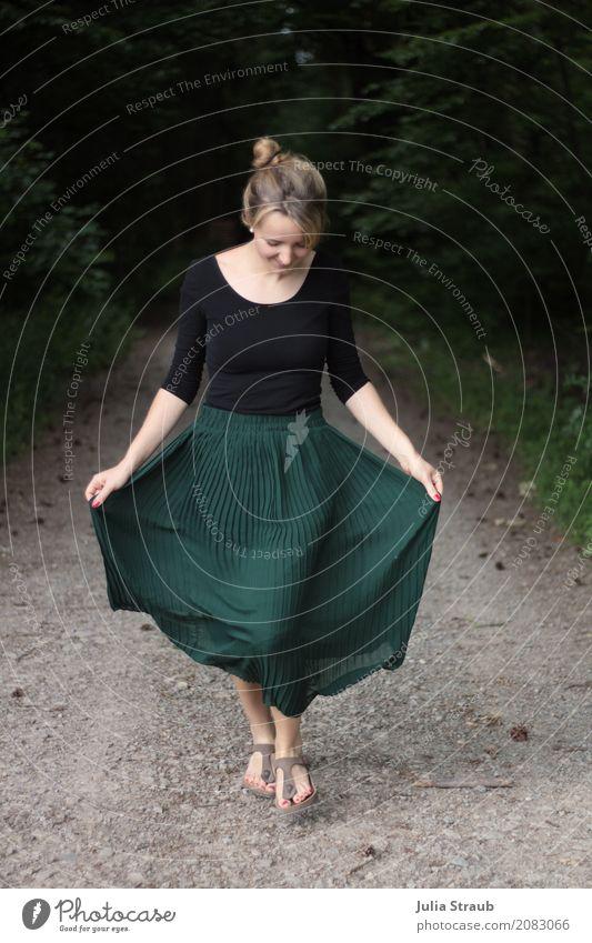 ach wie schön feminin Frau Erwachsene 1 Mensch 18-30 Jahre Jugendliche Wald Faltenrock Sandale blond Dutt gehen Lächeln frei Fröhlichkeit grün Begeisterung