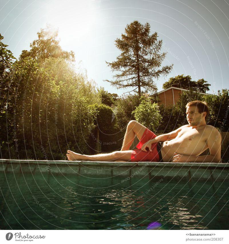 lazy day Mensch Jugendliche Wasser Baum Sonne Sommer ruhig Erwachsene Erholung Zufriedenheit Junger Mann liegen maskulin 18-30 Jahre Schwimmbad Körperhaltung