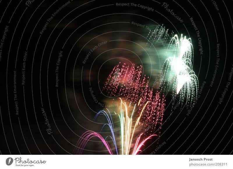 Feuerwerk II Veranstaltung Silvester u. Neujahr leuchten Blick oben blau mehrfarbig gelb grün rosa rot schwarz silber weiß Begeisterung Überraschung Kunst