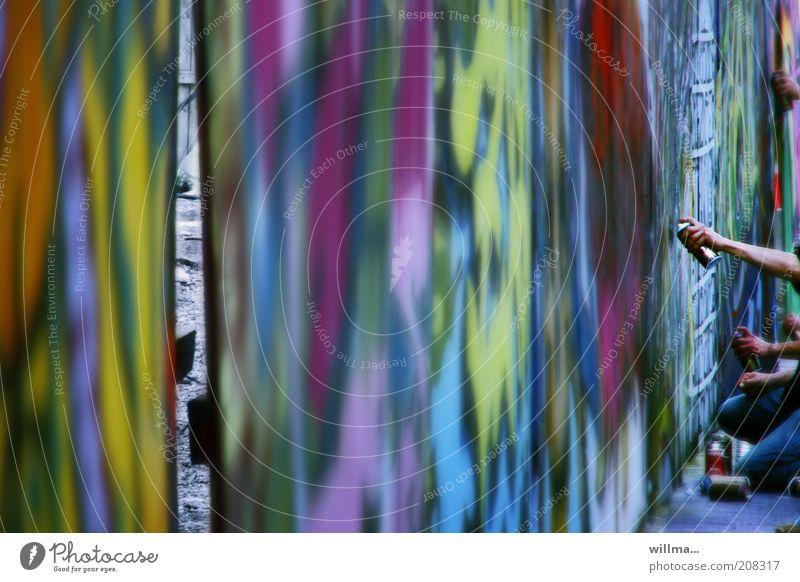 Arme mit Sprayflaschen beim Graffiti Freizeit & Hobby Jugendliche Hand Kunst Jugendkultur Kreativität Farbe Bauzaun Wand Holzwand Malfläche trashig Straßenkunst