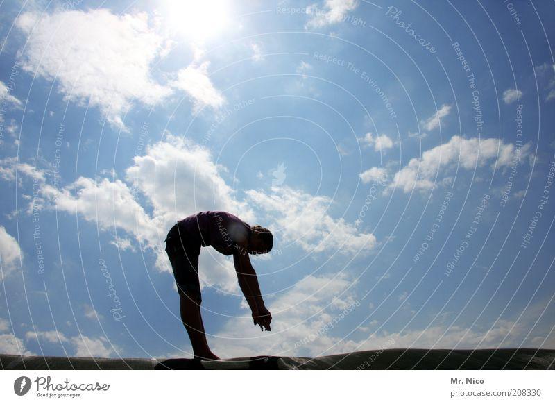 zu kurze arme Himmel Jugendliche Sonne Junge Frau Erholung Wolken Umwelt Leben Bewegung Beine Zufriedenheit Arme Rücken Klima Schönes Wetter Fitness