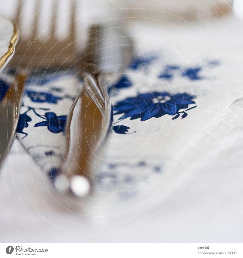 besteck Teller Besteck Messer Gabel authentisch Serviette Farbfoto Innenaufnahme Nahaufnahme Detailaufnahme Schwache Tiefenschärfe silber blau weiß Tellerrand
