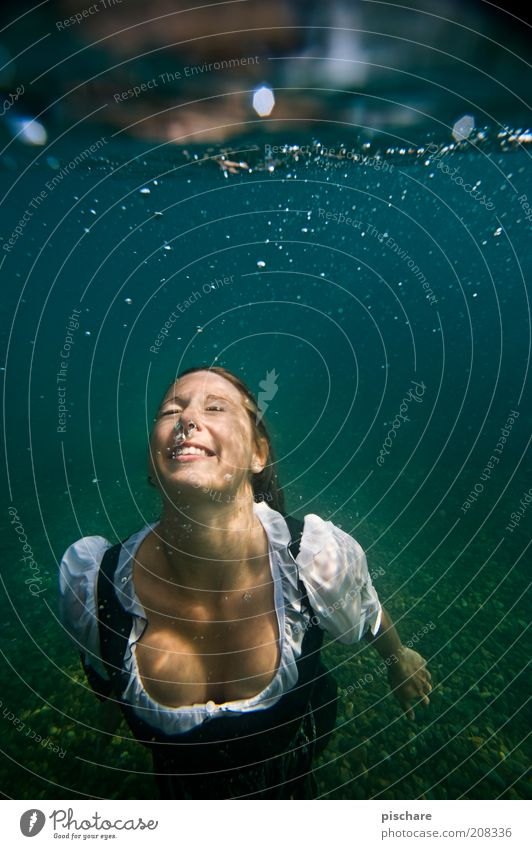 Steirische Nixe exotisch schön feminin Junge Frau Jugendliche Wasser See Mode blond genießen tauchen ästhetisch nass blau Freude Lebensfreude Zufriedenheit
