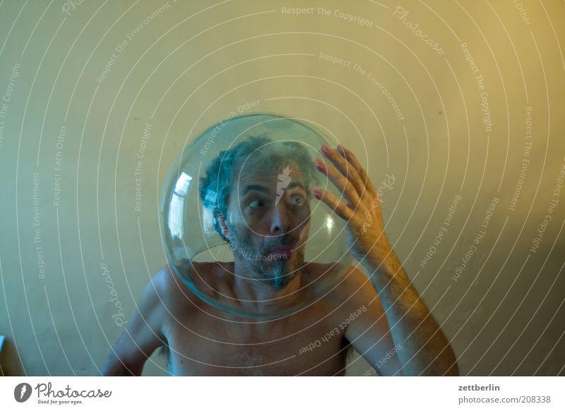 Taucher oder Kosmonaut? Mann Hand Einsamkeit Gesicht Erwachsene Freiheit Kopf lustig Raum Glas geschlossen außergewöhnlich maskulin verrückt Suche einzigartig