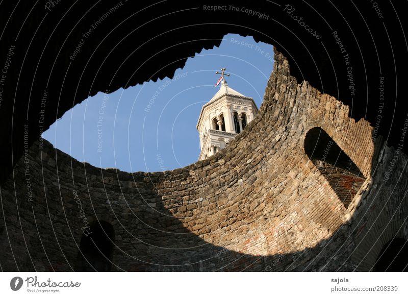 durchblick Himmel alt blau weiß Ferien & Urlaub & Reisen schwarz dunkel Fenster Wand Architektur Gebäude Mauer braun Tourismus Kirche