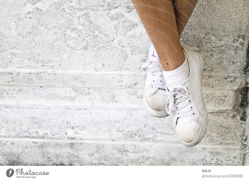 Mal die Füße baumeln lassen Jugendliche weiß Ferien & Urlaub & Reisen ruhig Erholung Wand Mauer Beine Mode hell Fuß Zufriedenheit Schuhe dreckig Fassade Ausflug