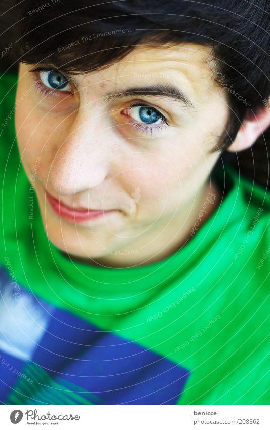 teeny Jugendliche Mann Blick in die Kamera Schüchternheit blau Auge Porträt lachen Lächeln Mensch Vogelperspektive skeptisch grün Augenfarbe T-Shirt modern