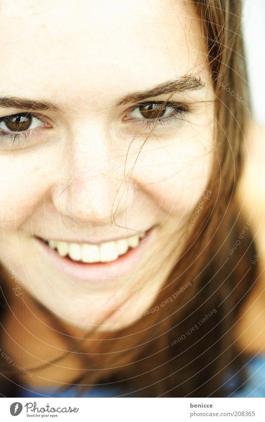 smiley Frau Mensch Jugendliche Nahaufnahme Detailaufnahme Vogelperspektive lachen Lächeln attraktiv schön Zähne Auge Gesicht Haare & Frisuren Sommer