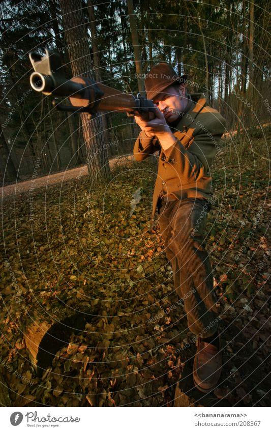 Der Jäger maskulin Mann Erwachsene 1 Mensch 30-45 Jahre Wald Hut gefährlich Jägerhut Waffe Gewehr zielen Jagd Waldlichtung schießen Visier Waldboden Baum Blatt