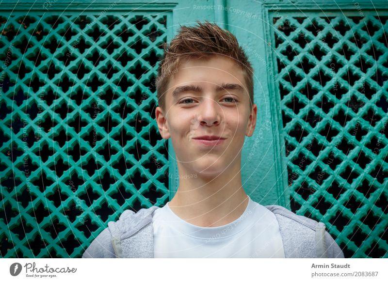 Porträt Mensch Jugendliche schön Junger Mann Freude Wand Lifestyle Gefühle Stil Mauer Glück Kopf Zufriedenheit maskulin 13-18 Jahre Lächeln