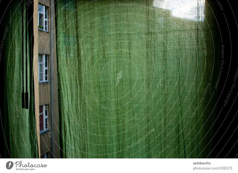 Gardine Sommer Haus Fenster grün Häusliches Leben Raum Wetterschutz dunkel Hof Hinterhof Fensterscheibe Nachbar Neugier Stoff Textilien Traurigkeit ruhig Lücke