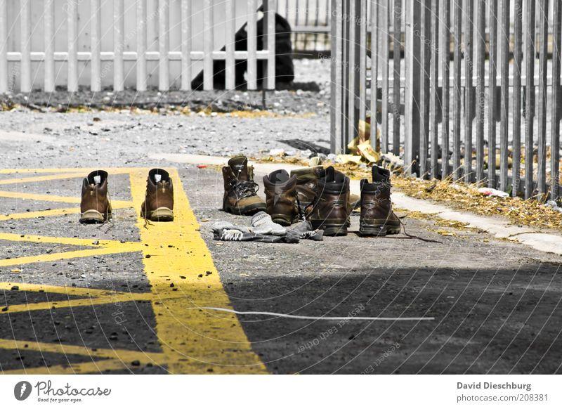 Tag1 - Tag14 = Schuhe trocknen Sommer Strümpfe Leder Stiefel Wanderschuhe gelb grau Schnürstiefel Gitter Zaun Metall Parkplatz paarweise Farbfoto Menschenleer