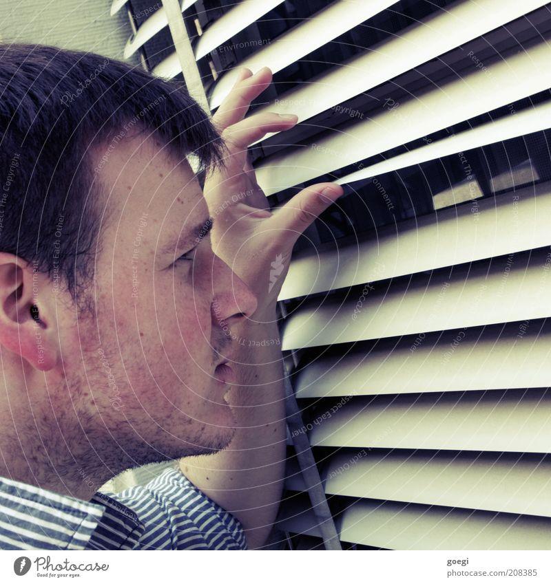 Indiskretion Mensch Mann Wand Fenster Mauer Erwachsene maskulin beobachten Neugier entdecken Hemd Kontrolle brünett Wachsamkeit frech gestreift