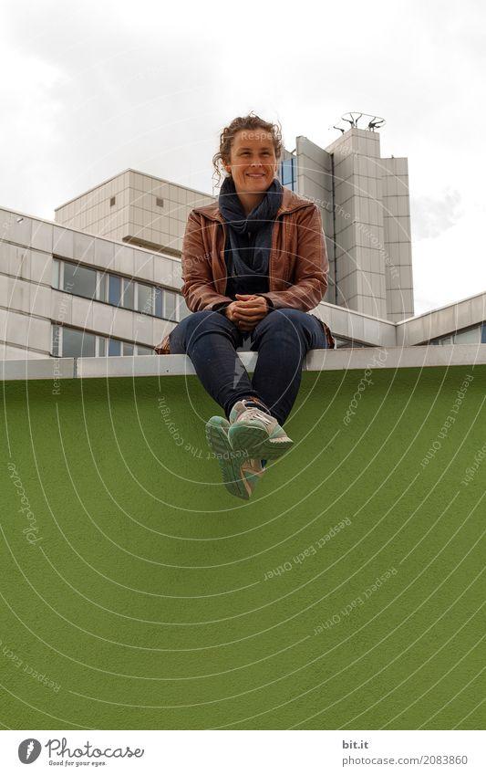AST10 | kemai sitzt Mensch feminin Junge Frau Jugendliche Erwachsene Stadt Skyline Haus Hochhaus Architektur Mauer Wand sitzen Freude Glück Rechtschaffenheit