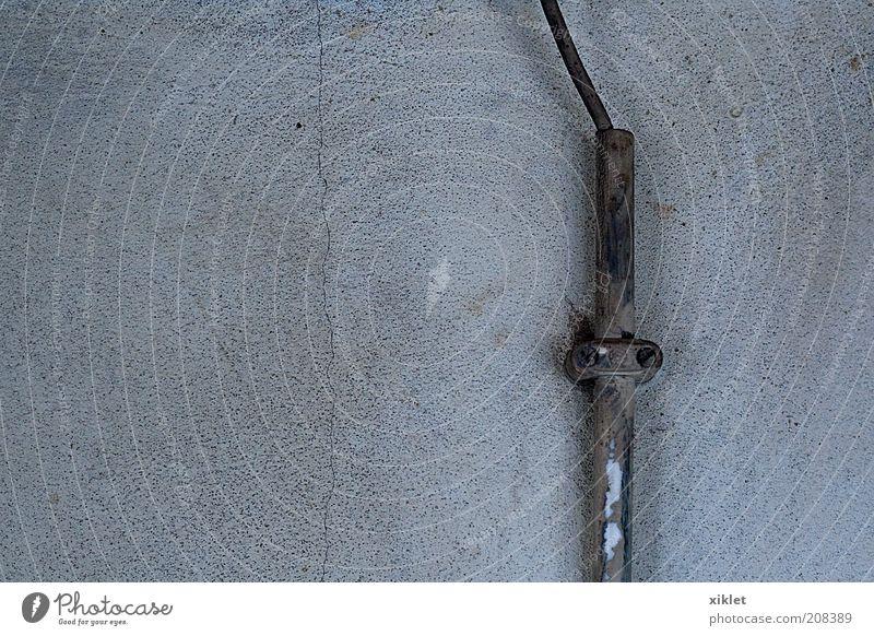 Rohr Wand Röhren alter Zement Elektrizität Lebensgefahr grau Armut kaputt ruiniert Draht zentriert verzogen Stromkabel Laufwerk Pass vorfabriziert temporär