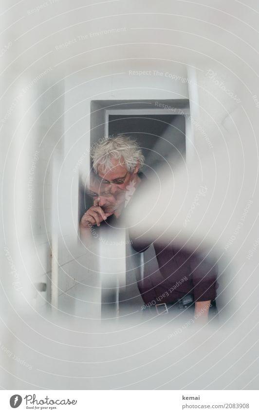 AST10 | Der Herr da im Spiegel Mensch Mann weiß Einsamkeit ruhig Erwachsene Leben Traurigkeit außergewöhnlich Denken hell Häusliches Leben Freizeit & Hobby