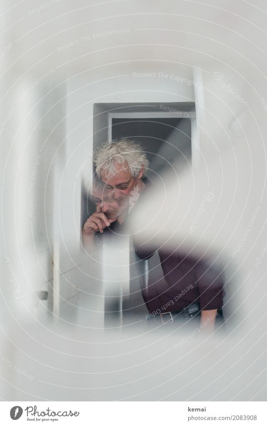 AST10 | Der Herr da im Spiegel ruhig Freizeit & Hobby Häusliches Leben Raum Türrahmen Mensch maskulin Mann Erwachsene 45-60 Jahre weißhaarig kurzhaarig Locken