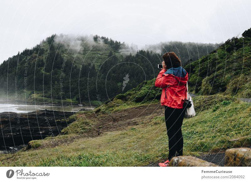 Roadtrip West Coast USA (07) feminin Junge Frau Jugendliche Erwachsene 1 Mensch 18-30 Jahre 30-45 Jahre Wasser Natur Jutesack Fotokamera Regenjacke rot