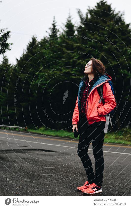 Roadtrip West Coast USA (84) feminin Junge Frau Jugendliche Erwachsene 1 Mensch 18-30 Jahre 30-45 Jahre Abenteuer wandern Aktivurlaub Aktion Rucksack Regenjacke