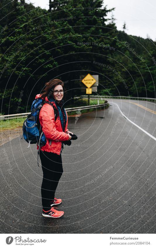 Roadtrip West Coast USA (87) Mensch Frau Jugendliche Junge Frau ruhig Wald 18-30 Jahre Erwachsene feminin Glück Freiheit wandern Lächeln Abenteuer Brille
