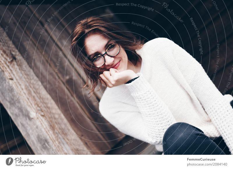 Roadtrip West Coast USA (38) feminin Junge Frau Jugendliche Erwachsene 1 Mensch 18-30 Jahre 30-45 Jahre schön beige Pullover Brille brünett natürlich Holzhütte