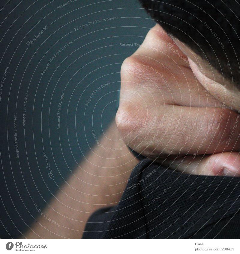 Heimfahrt (I) Haut Kopf Hand Finger Denken grau Müdigkeit aufgestützt Faust Daumen Tiefenschärfe nachdenklich Handknöchel Unterarm Gedeckte Farben Innenaufnahme