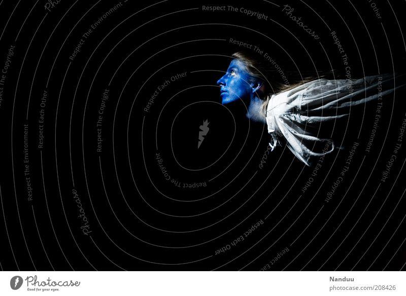 Abflug Mensch 1 fliegen träumen traumhaft Abheben blau Fabelwesen Farbfoto Studioaufnahme Textfreiraum links Textfreiraum unten Hintergrund neutral Oberkörper