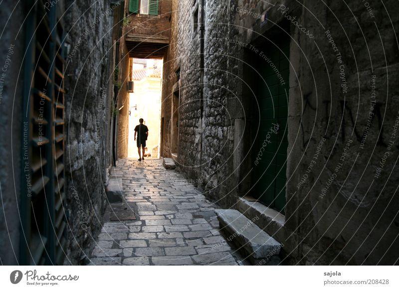 licht am ende der gasse Mensch Mann Stadt Ferien & Urlaub & Reisen Haus Wand Fenster grau Mauer Gebäude Architektur Erwachsene gehen Tür maskulin Hoffnung