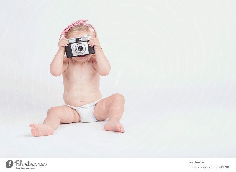 Kleines Baby mit Fotokamera Mensch Ferien & Urlaub & Reisen Sommer Freude Mädchen Lifestyle lustig lachen Freiheit Freizeit & Hobby Ausflug Kindheit sitzen