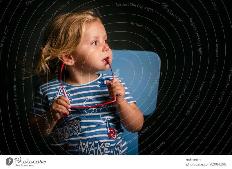 Lustiges Baby mit Sonnenbrille Mensch Ferien & Urlaub & Reisen Sommer Mädchen Lifestyle Frühling lustig Gesundheit feminin Gesundheitswesen Freiheit Denken