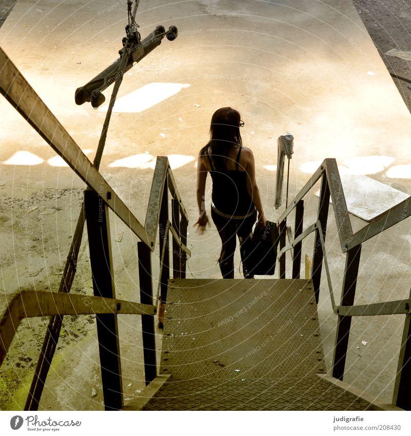 Treppe feminin Junge Frau Jugendliche 18-30 Jahre Erwachsene Ruine Bauwerk Gebäude gehen schön Stimmung Koffer Lichtspiel unterwegs Farbfoto Innenaufnahme Tag