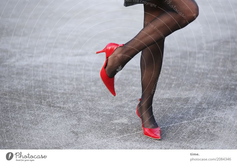 AST 10 | Schrittfolge feminin Frau Erwachsene Beine Fuß Mensch Platz Rock Strumpfhose Damenschuhe Beton stehen Tanzen schön Erotik Gefühle Fröhlichkeit