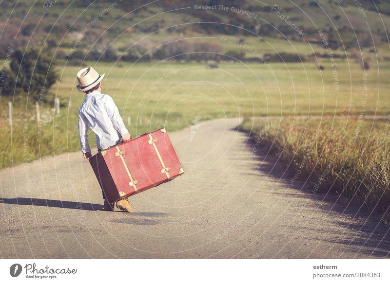 Mensch Kind Ferien & Urlaub & Reisen Einsamkeit Lifestyle Junge Freiheit Tourismus maskulin Ausflug Kindheit Abenteuer Neugier entdecken Hut Kleinkind