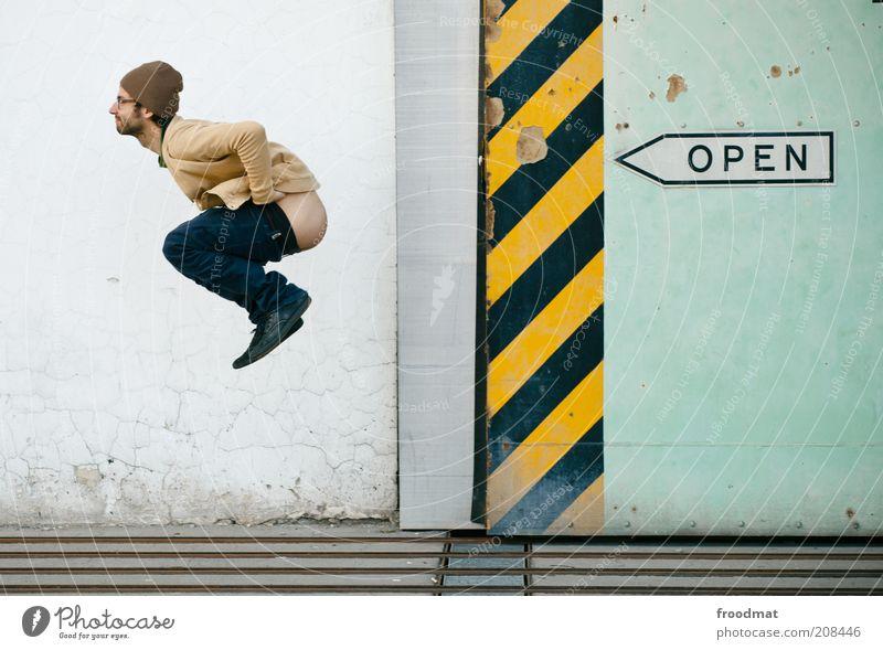 arsch offen Mensch Mann Jugendliche Freude Wand springen Erwachsene lustig Fassade Schilder & Markierungen maskulin offen Coolness Streifen Gesäß Hinterteil