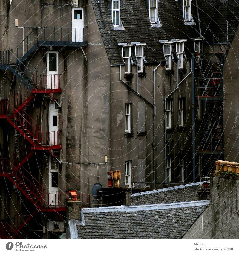 Über den Dächern von Schottland (4) - Hinterhof alt Stadt Haus dunkel Wand Fenster grau Mauer Gebäude Stimmung dreckig Zeit Fassade Europa Treppe Dach