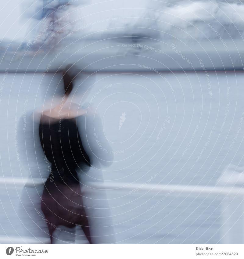 Verwackelt am Hafen feminin Frau Erwachsene 1 Mensch 18-30 Jahre Jugendliche 30-45 Jahre stehen warten außergewöhnlich Stadt grau Stimmung Bewegung bizarr Krise