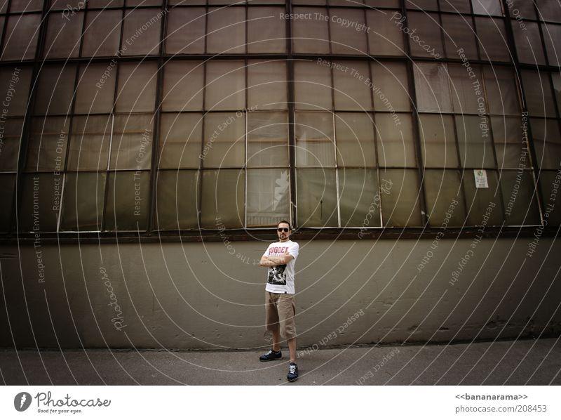 representen Mensch Mann Jugendliche Erwachsene Einsamkeit dunkel Fenster Wand Kraft Glas Fassade maskulin trist Industrie T-Shirt